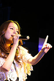 公開リハーサルで熱唱するMay J.「センチメンタルヤスコ」
