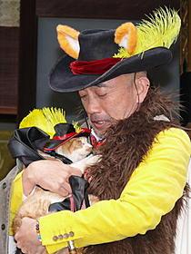 猫をかわいがる竹中直人「長ぐつをはいたネコ」