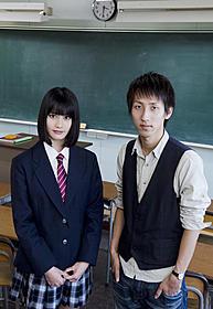 撮影現場で対談した橋本愛(左)と朝井リョウ氏「桐島、部活やめるってよ」