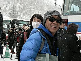 雪の中映画祭会場入りする廣木隆一監督「シャーロック・ホームズ シャドウ ゲーム」
