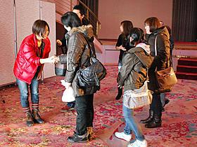 観客と握手する三島有紀子監督「しあわせのパン」