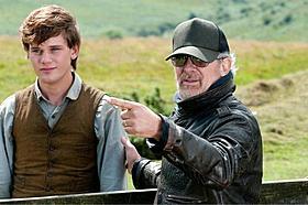 主人公を演じたジェレミー・アーバイン(左) スティーブン・スピルバーグ監督(右)「戦火の馬」