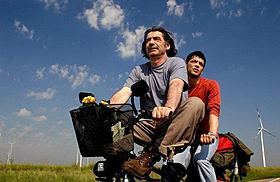 ミキ・マノイロビッチ主演の自転車ロードムービー「さあ帰ろう、ペダルをこいで」