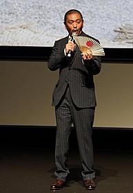 扇子を片手に舞台挨拶する松本人志監督「さや侍」