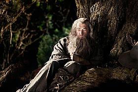魔法使いのガンダルフを演じるのは、前3部作に引き続きイアン・マッケラン「ロード・オブ・ザ・リング」