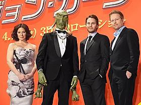 """(左より)リン・コリンズ、""""サーク族""""に扮したJOY、 テイラー・キッチュ、アンドリュー・スタントン監督「スター・ウォーズ」"""