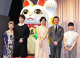 巨大招き猫とともに記念撮影「レンタネコ」