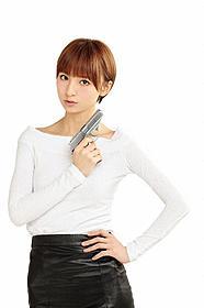 キュートな捜査官に扮した篠田麻里子「ボーン・アイデンティティー」