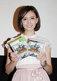 ゲーム版「ロード・オブ・ザ・リング」をアピールする加藤夏希「ロード・オブ・ザ・リング」