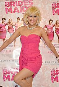 ピンクのセクシードレス姿で登場した岡本夏生「ブライズメイズ 史上最悪のウェディングプラン」