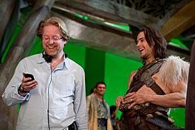 初公開となった現場写真。テイラー・キッチュと談笑するスタントン監督(左)「ウォーリー」