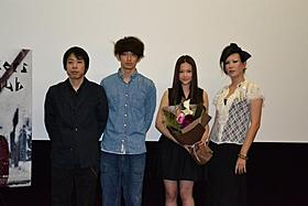 「モンスターズクラブ」初日挨拶に登壇した (左から)豊田利晃監督、瑛太、草刈麻有、ピュ~ぴる「モンスターズクラブ」