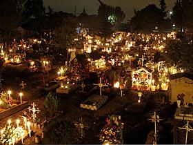 装飾した墓地に人々が集う「死者の日」「トイ・ストーリー3」