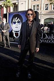 ジョニー・デップはラフに着こなしたダークスーツで登場!「ダーク・シャドウ」
