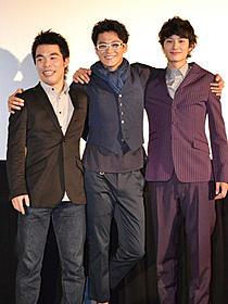 「宇宙兄弟」大ヒット御礼舞台挨拶に立った(左から) 森義隆監督、小栗旬、岡田将生「宇宙兄弟」