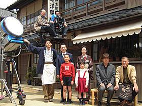 再現された戦前の神戸の街並みで撮影に臨むキャスト陣「少年H」