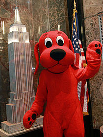 7メートルの巨大な犬クリフォード「怪盗グルーの月泥棒 3D」