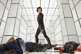 アリスの手前左手に倒れているのは日本の警察官!?「バイオハザード」