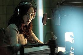 恐怖を体験する女性DJを演じたスエ「ミッドナイトFM」