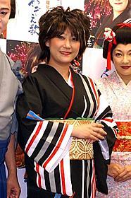 演歌歌手・水谷千重子に扮した友近