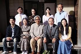 現場のセットで撮影に応じた「東京家族」の山田洋次監督とキャスト一同「東京物語」