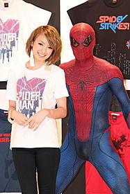 スパイダーマンコラボTシャツをPRした南明奈「アメイジング・スパイダーマン」