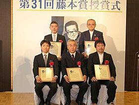 藤本賞を受賞した新藤次郎氏(中央)ら「ヒミズ」