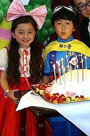 豪華誕生日会に出席した鈴木福くんと谷花音ちゃん「しゃぼん玉」