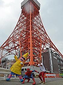東京タワーに駆けつけた (左から)ノッポン、スパイダーマン、DJ ENZEL☆「アメイジング・スパイダーマン」