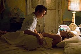 セクシー美女とのベッドシーンも公開!「ラム・ダイアリー」
