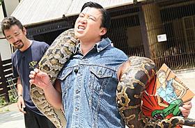 大蛇アナコンダと対決するスギちゃん