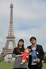 エッフェル塔をバックに笑顔の宮崎&細田監督「おおかみこどもの雨と雪」