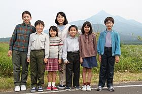 子役6人と笑顔を浮かべる吉永小百合「カナリア」