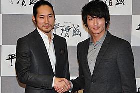 固い握手を交わした松山ケンイチと玉木宏