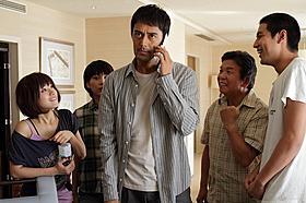阿部寛が村上ショージと詐欺師コンビに「カラスの親指」