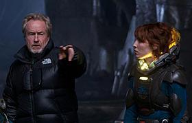 (左より)演出中のスコット監督と主演のノオミ・ラパス「プロメテウス」