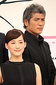 西郷隆盛を演じる吉川晃司と主演の綾瀬はるか