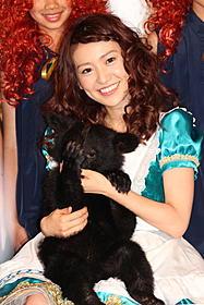 生後6カ月になるツキノワグマを 抱え笑顔の大島優子「メリダとおそろしの森」