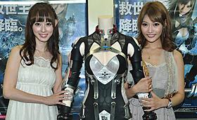 笑顔の秋山莉奈(左)と明日花キララ「アイアンガール」