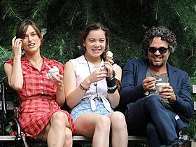仲良く3人でアイスクリームブレイク「ONCE ダブリンの街角で」