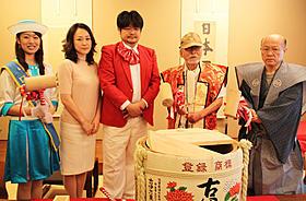 決起集会に出席した森崎東監督(右から2人目)、 原田貴和子(左から2人目)ら