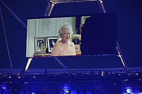 ロンドンオリンピック開会式で ジェームズ・ボンドと共演したエリザベス女王