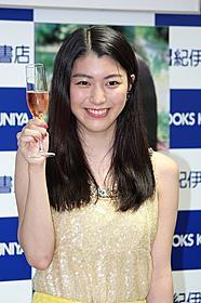 人生初のシャンパンに笑顔の成海璃子「BUNGO ささやかな欲望 握った手」