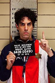 今回演じるのはヒゲを失い身元不明のまま ニューヨークに放り出される独裁者!「ディクテーター 身元不明でニューヨーク」