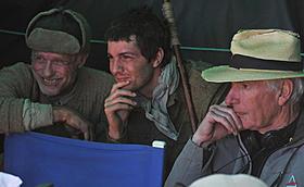 撮影中のピーター・ウィアー監督(右)「ウェイバック 脱出6500km」