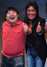 松崎しげる(右)と井口昇監督「デッド寿司」