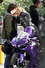 クロエ・モレッツ「キック・アス2」でバイクにまたがりキック・アスにキス!