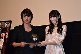 「ビンゴ」公開に笑みを浮かべる 松井咲子と清水一希「ビンゴ」