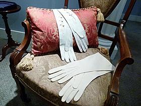 世界初公開!ウォリス・シンプソン夫人のバレンシアガの手袋「ウォリスとエドワード 英国王冠をかけた恋」