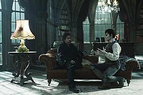 """(左より)細部にまでこだわられた""""コリンズ邸""""で 演出中のバートン監督とジョニー・デップ「ダーク・シャドウ」"""